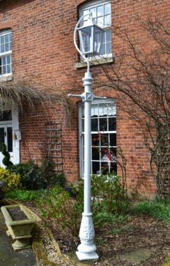 Swan neck lamp post in white